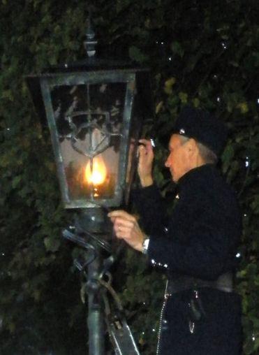 438px-Brest_lamplighter
