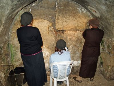 1280px-Women_praying_in_the_Western_Wall_tunnels_by_David_Shankbone