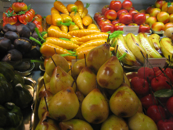 Marzipan_fruits_and_vegetables_at_Harrods_(closeup)
