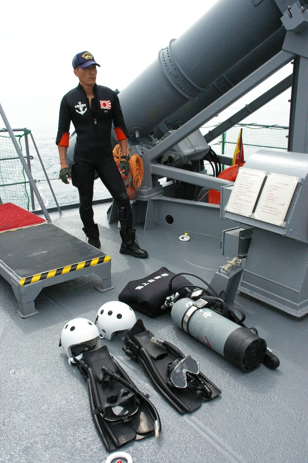 JMSDF_Rescue_diver_and_diving_equipment