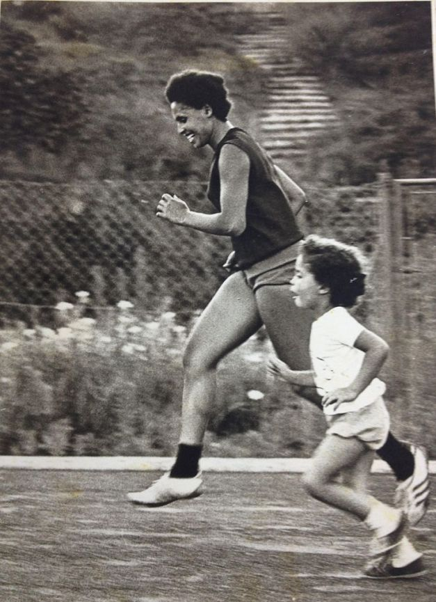 Miryam_Sidrensky_running_with_her_daughter