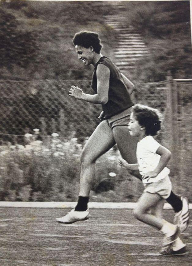 Miryam_Sidrensky_running_with_her_daughter